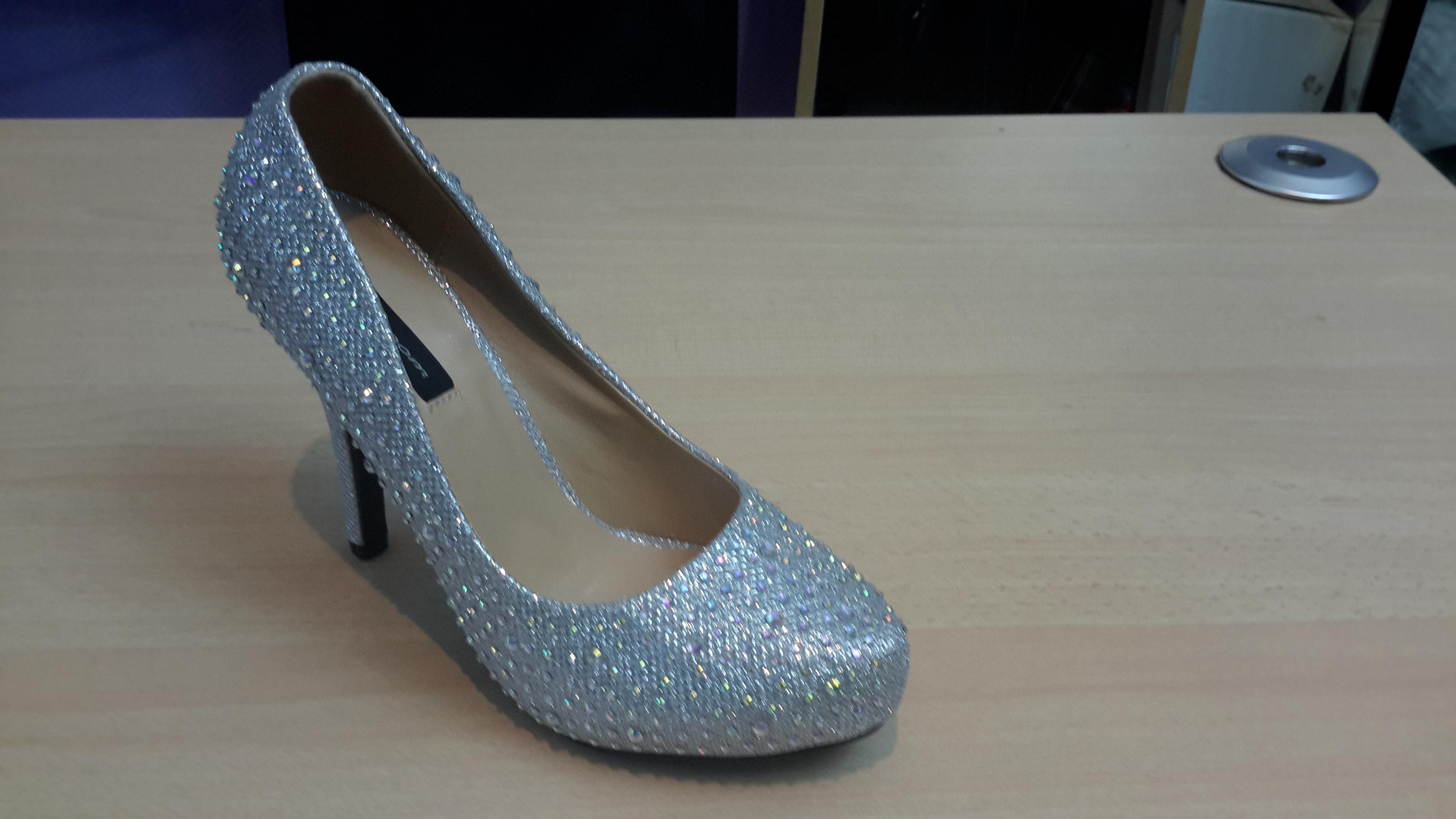 Zilveren damesschoen met hoge hakken en steentjes